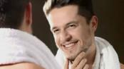 homem-no-espelho-como-diminuir-o-brilho-e-a-oleosidade-do-rosto-pele-masculina