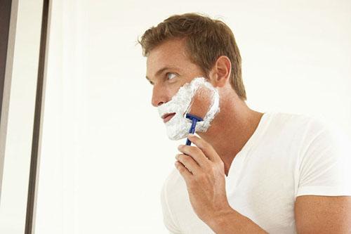 Mais da metade dos homens tem pele sensível e sofre com pelo encravado e foliculite