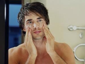 homem-no-espelgho-cuidados-pele-masculina-luz-visivel