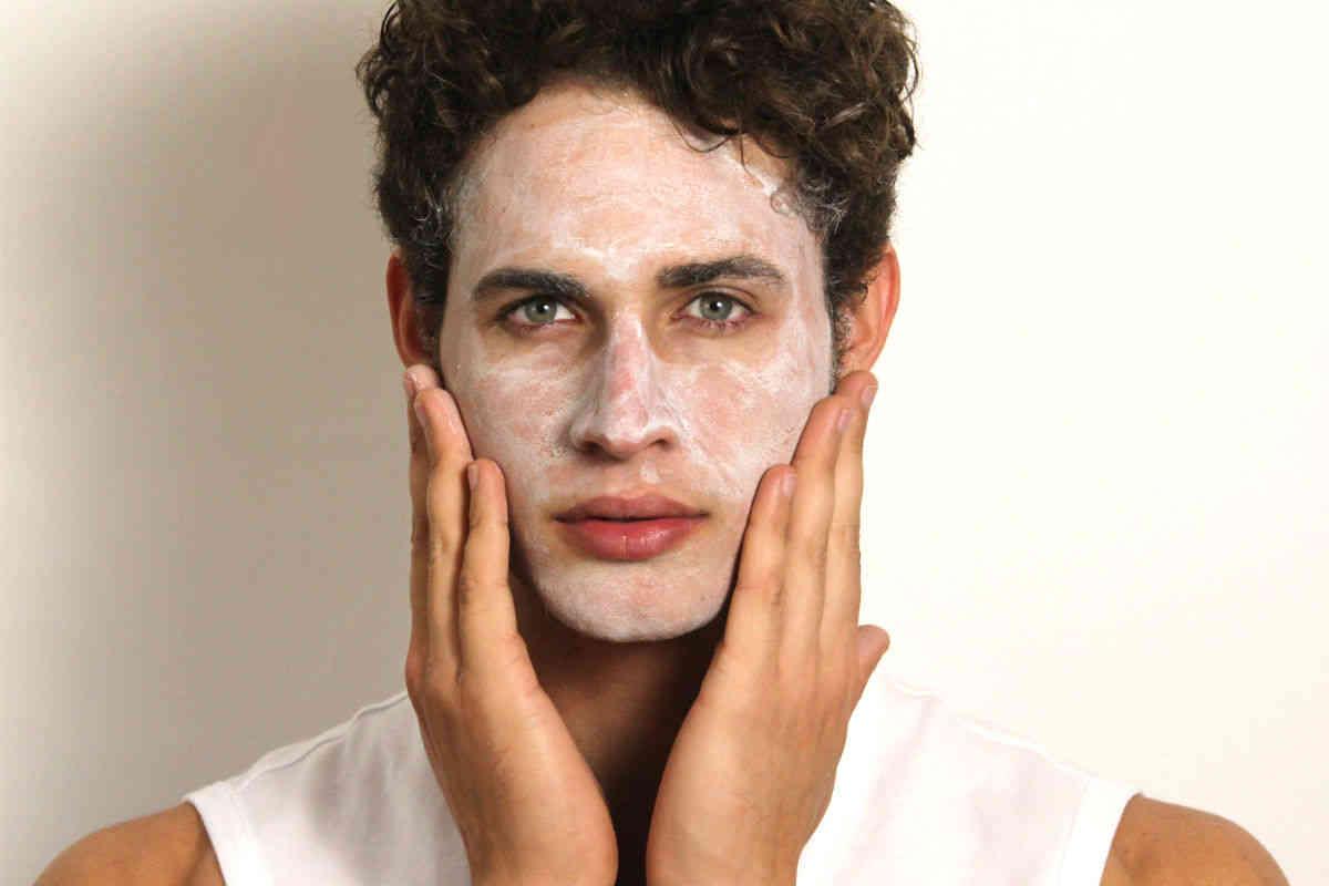 Homem-No-Espelho-Cuidados-com-a-pele-masculina-aos-20-anos
