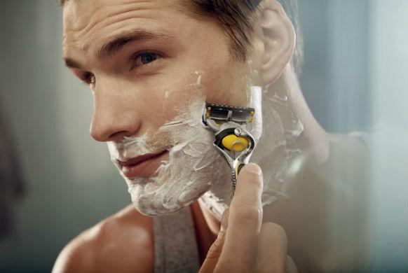 homem-no-espelho-aparelho-de-barbear-gillette-fusion-proshield-barba-barbear