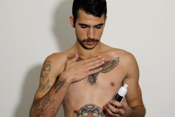 homem-no-espelho-como-cuidar-das-tatuagens-10