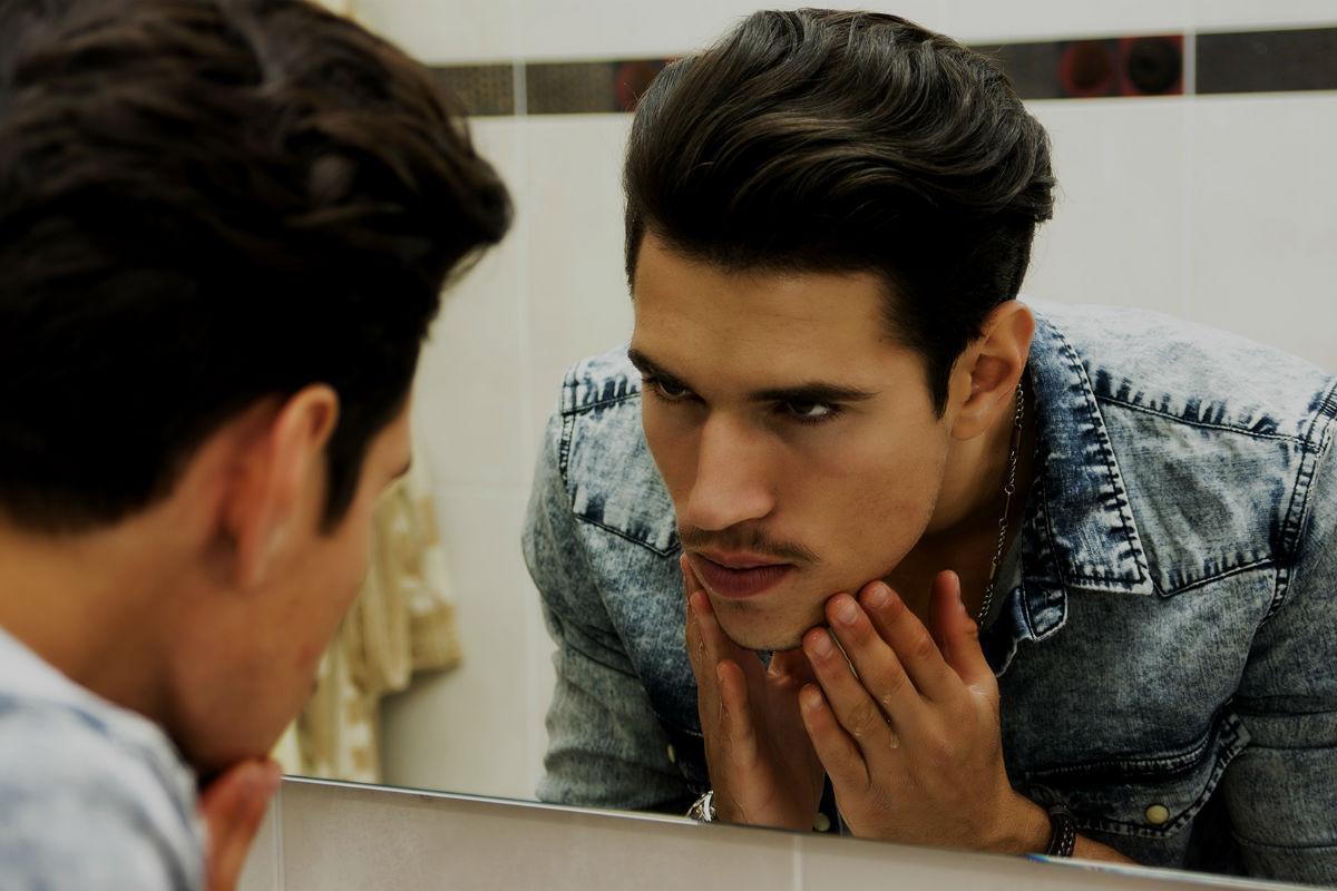 homem-no-espelho-festa-pele-corpo-cabelo