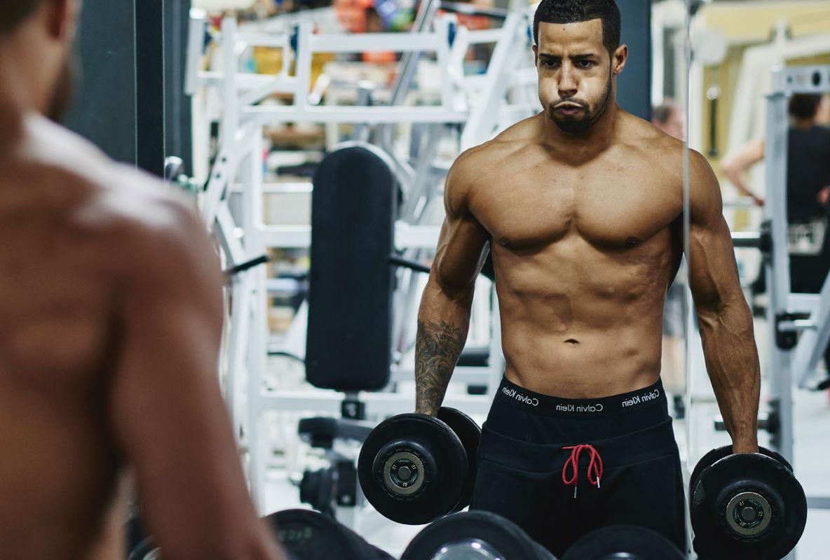 homem-no-espelho-treino-academia-musculos