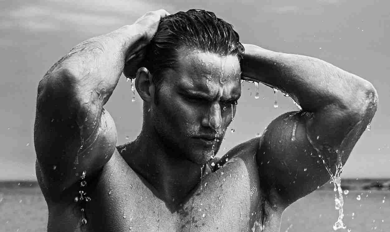 Homem-No-Espelho-Cuidados-com-o-cabelo-masculino-no-verão