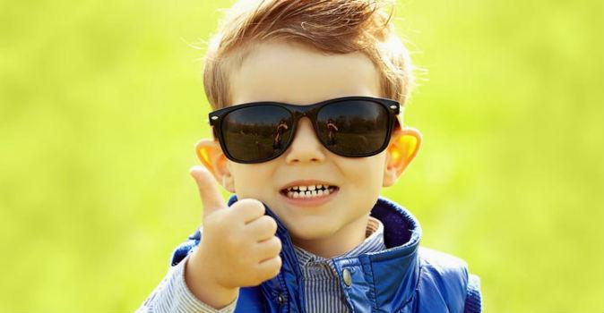 """953f55bdc O médico adverte também que todo mundo precisa usar óculos de sol, jovens,  idosos, crianças – incluindo os bebês! """"Os pais às vezes têm dois, ..."""