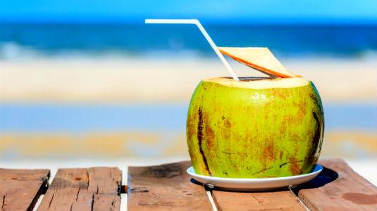 Homem No Espelho - Alimentos que fazer bem para a pele-Água de coco