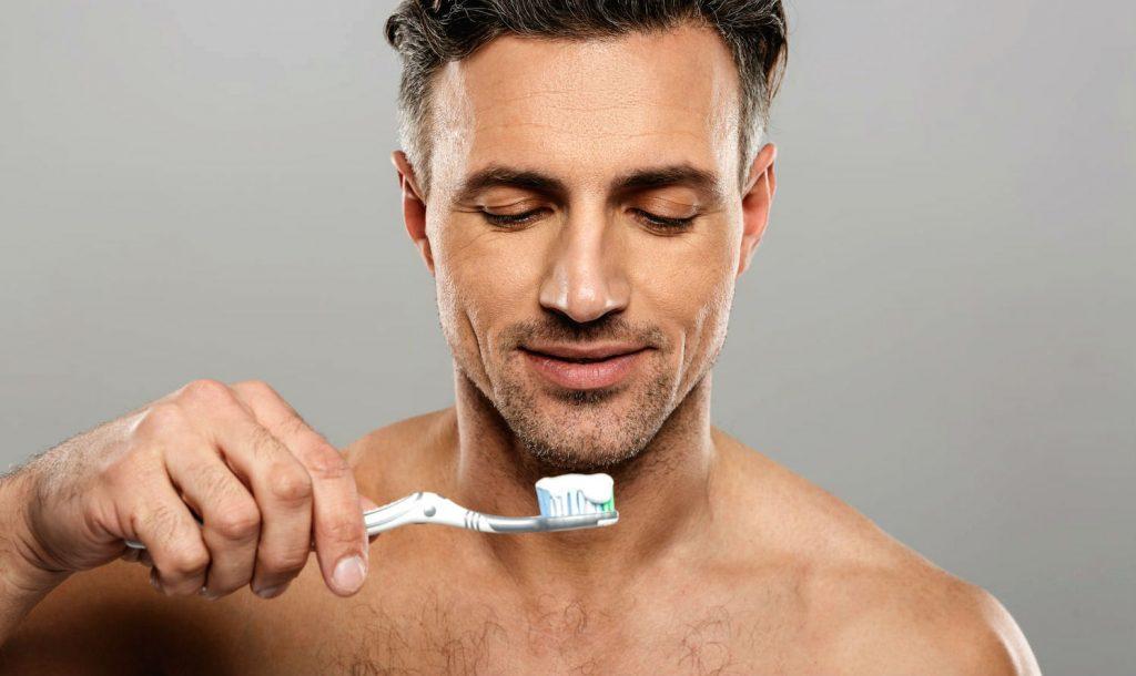 Homem No Espelho - como escovar os dentes da maneira correta