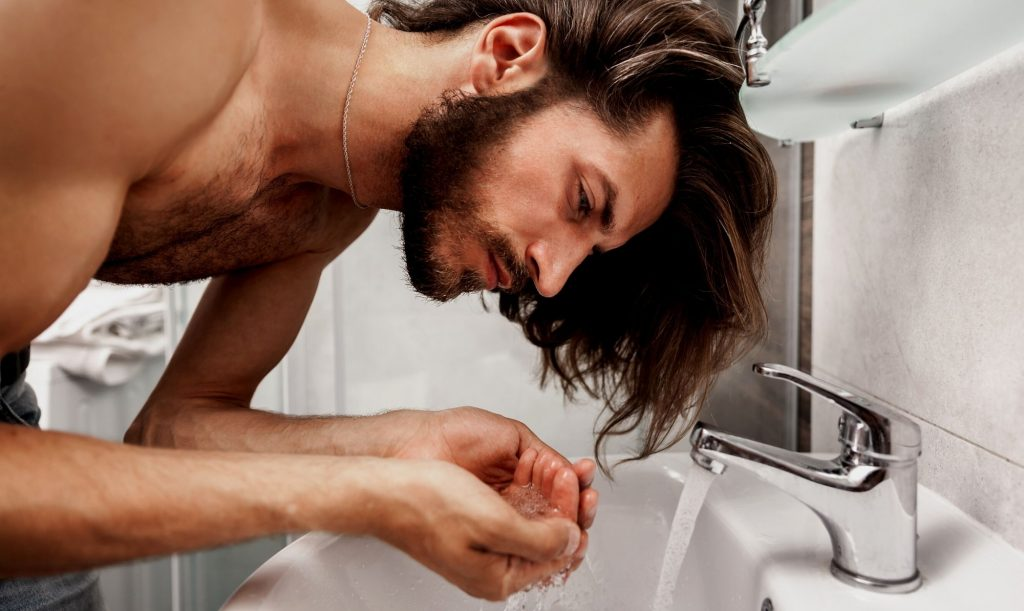 Homem No Espelho - Como lavar o rosto do jeito certo - limpeza facial